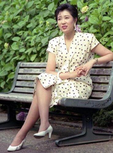 小池百合子の若い頃のミニスカート姿