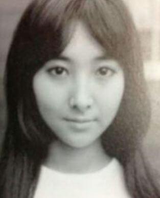 小池百合子の若い頃の顔写真。ロングヘアーが素敵